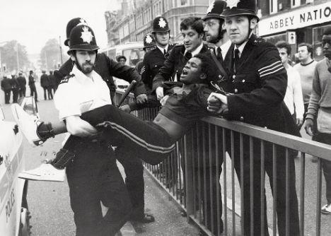 Αστυνομικοί συλλαμβάνουν νεαρό που συμμετείχε στην εξέργερση του 1981 στο Brixton.